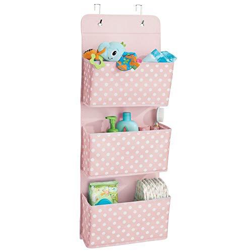 mDesign Hängeaufbewahrung mit drei Taschen – Kinderzimmer Aufbewahrung aus Polypropylen für Kinderschuhe und Kinderkleidung – Taschengarderobe zum Hängen mit Pünktchen-Muster – rosa/weiß