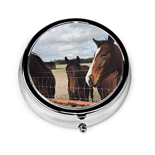 Pastillero redondo de viaje con 3 compartimentos compactos, organizador portátil para medicamentos y vitaminas para bolsillo, bolso o necesidades diarias, cabeza de caballo
