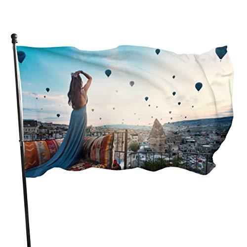 Generic Brands Dekofahne für junge Frau mit elegantem langem Kleid vor Cappadocia Landschaft bei Sonnenschein mit Luftballons Türkei, 91 x 152 cm