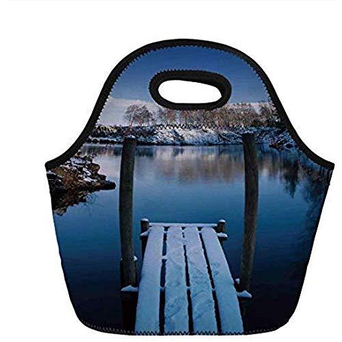 Arte, foto de la cubierta de madera en la orilla de un pequeño lago en invierno Suecia congelado norteño, blanco azul marrón, para niños bolsas de asas térmicas para adultos