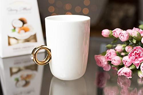 KOSxBO® Kaffebecher mit Verlobungsring als Henkel in Einer eleganten Schmuckschachtel, Hochzeitsgeschnenk - Kaffe-Tasse Ringtasse mit Diamanten (Nicht echt) in weiß, Gold