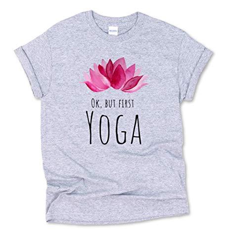 T-Shirt 100{3462c7f0a009ab58f47b7e9044cdd4193c44df4532bcb9c09fc9ca0c3da5b851} Bio-Baumwolle Lotusblume + Ok, but First Yoga Spruch - Damen/Herren, Nachhaltiges Yoga Pilates Top | Weiss/Grau, Spirituell Meditation Fitness-Studio Sport Tshirt Oberteil, Gym Shirt