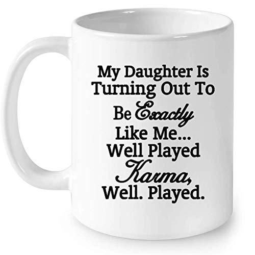Mi hija está resultando ser exactamente como yo Bien jugado Karma Bien jugado (w) - Taza blanca de café con envoltura completa