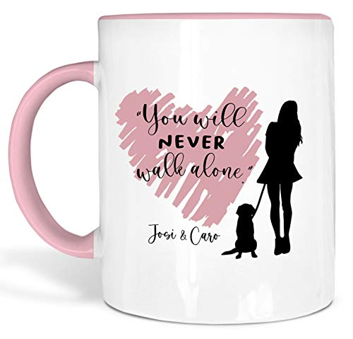 True Statements Tasse You will never walk alone Hund und Frauchen - personalisierte Kaffeetasse mit Wunsch-Name - spülmaschinenfest - tolles Geschenk zu Weihnachten, innen rosa