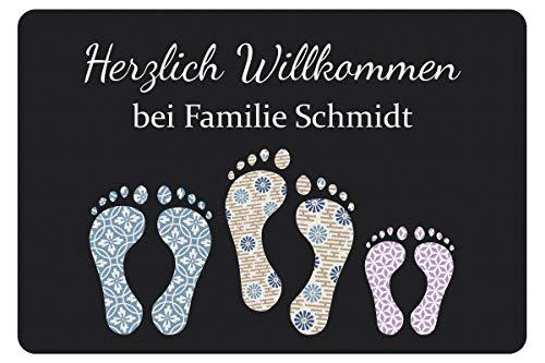 Geschenke 24 Fußmatte mit DREI Fußabdrücken in Dunkelgrau - Türvorleger mit Familienname personalisiert - Schmutzfangmatte mit Namen