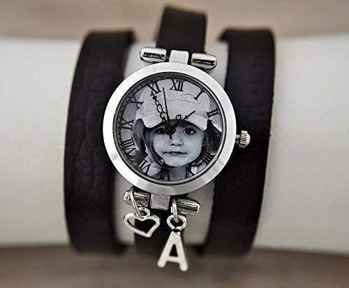 Personalisierte Armbanduhr mit individuellem Foto mit Wickelarmband aus Echtleder und gewünschtem Buchstabenanhänger Silber