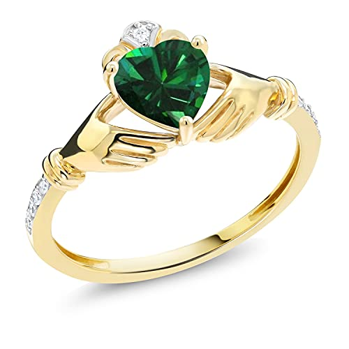 Gem Stone King 10K Yellow Gold Green Simulated Emerald and Diamond Accent Irish Celtic Claddagh Ring (0.74 Cttw) (Size 9)