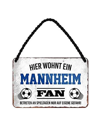 Hier wohnt ein Mannheim Fan Blechschild - Metallschild mit Kordel & Saugnapf - Fussball Fans Ultras Anhänger Begeisterte - Wanddeko Türdeko Man Cave Jugendzimmer Werkstatt Wohnzimmer - 18x12cm