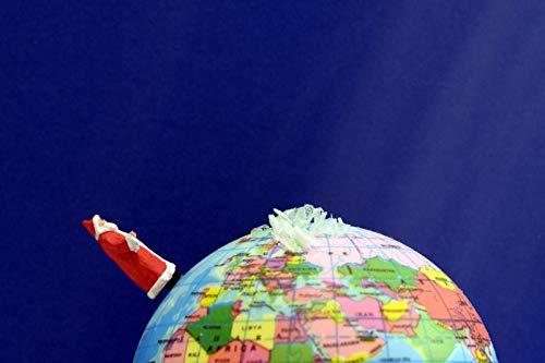 Schöne witzige Postkarte | Weihnachtsmann reist um die Welt auf der Erdkugel