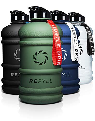 "REFYLL X Trinkflasche Sport 2L - ""Beast"" I Robuste Wasserflasche 2 Liter für Gym, Fitness & Training I Premium Water Jug 2200ml I Trinkflasche 2l - 100{561da38eb9df2291f827954929e2c3f3884031d07c6e3499997f793f42d41252} Auslaufsicher & BPA Frei (Army Green)"