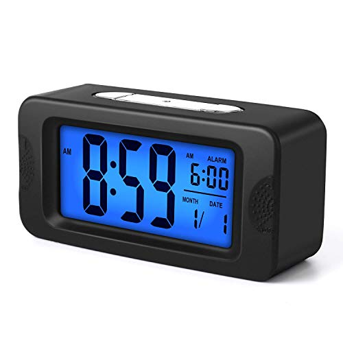 Plumeet Elektronischer Wecker mit Sensorlicht, Leuchtet die ganze Nacht, 4-Zoll-LCD-Bildschirm mit Anzeige von Uhrzeit, Alarmzeit, Datum, Bettwecker mit Schlummer Geeignet, Batteriebetrieben (Schwarz)
