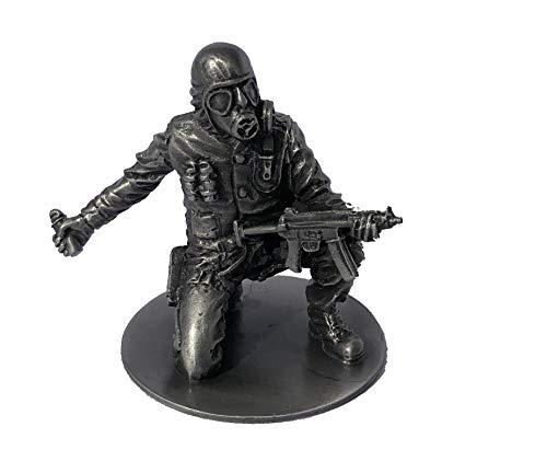 Statuetta in peltro SAS CRW con Heckler & Koch MP5 + granata stordimento (Circa 1980). Questa figura proviene dalla nostra iconica gamma di figure che raffigurano il tipo di kit e armi utilizzate dalla SAS all'assedio iraniano dell'ambasciata. Questa...