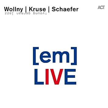(Em) Live