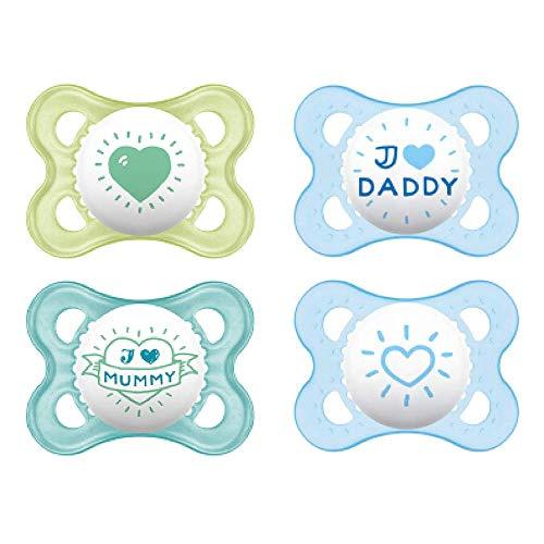 MAM, ciuccio in silicone 'Skin Soft', con frase in lingua inglese 'I love mummy & daddy', adatto per neonati da 0 a 6 mesi Set da 4 ciucci per bambino, incluse 2 scatole sterili per il trasporto.
