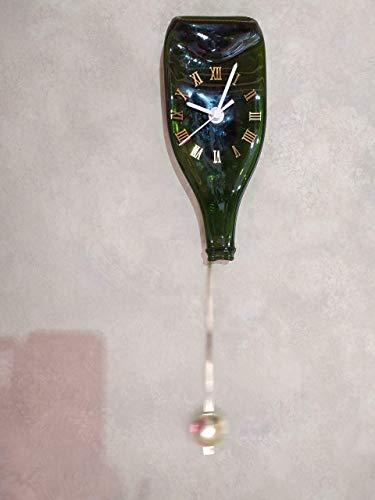 Reloj de péndulo de pared con botella de cava verde