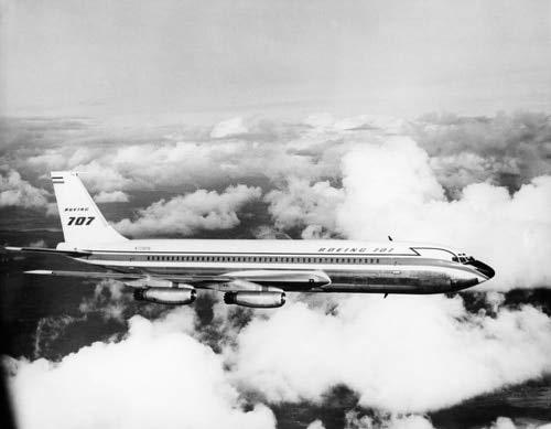 The Poster Corp Vintage Images – 1950s Boeing 707 Passenger Jet Flying Through Clouds Kunstdruck (27,94 x 35,56 cm)