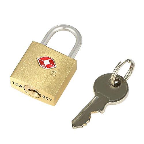 Goldenes TSA Reiseschloss mit einem Schlüssel und einem kleinen Bügel