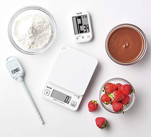 温度計がない時代、チョコレート職人は体感で適温をチェックしていたそうですが、現代ではプロでも正確さのために温度計を利用しています。特にテンパリングが必要な型に流して固めるモールドチョコを作りたいなら、必ず温度計を用意しましょう。