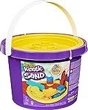 Kinetic Sand, Cubo de 2,72 kg con 3 Colores de Arena y 3 Herramientas para un Juego Creativo sin Fin, para niños a Partir de 3 años (Spin Master 6061096)