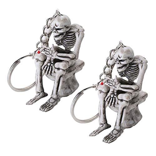 Amosfun Schlüsselanhänger mit Totenkopf-Motiv, kreativer Skelett-Totenkopf, sitzend auf der Toilette, Schlüsselanhänger, Geldbörse, Anhänger, Zubehör (grau) für Halloween-Partyzubehör, 2 Stück