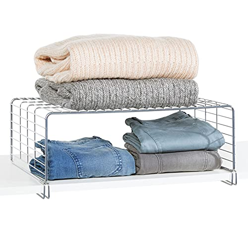 mDesign Cesta metálica para ordenar armarios – Moderno separador de estantes de metal con dos niveles para guardar ropa – Organizador de armarios para dormitorio, cocina, pasillo y oficina – plateado