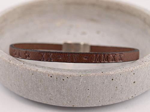 Schmales Lederarmband mit Gravur auf Magnet und persönlichem Wunschtext auf Leder möglich. Viele Farben! Eine tolle Geschenkidee! Zum Beispiel mit einem römischen Datum