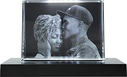 Galerie Kristall Massiver selbststehender Glas-Frame mit Wunsch-Foto und Wunsch-Text (105 x 140 x 35 mm, Querformat, inkl. schwarzem LED-Lichtsockel mit Batterien)