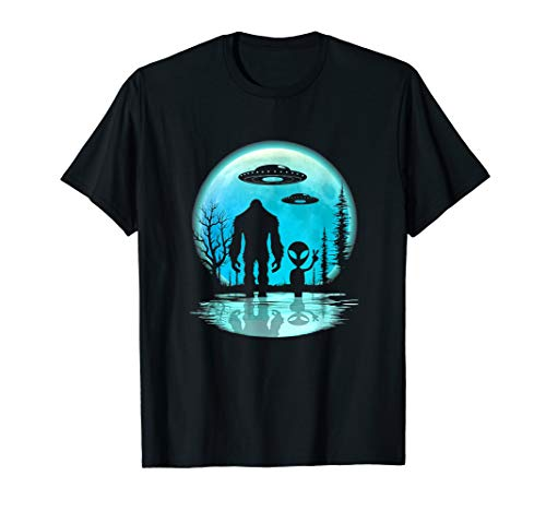 Bigfoot and Alien Under the Moon I Want To Believe Funny T-Shirt