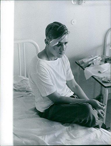 Foto vintage de un paciente sentado en la cama del hospital. 1960