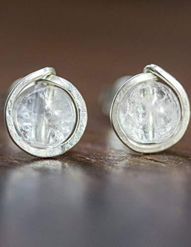 Kleine gehämmerte Edelstein-Ohrstecker aus echtem Sterling-Silber und natürlichem Bergkristall/Handarbeit und Original-Design von Silber&Stein