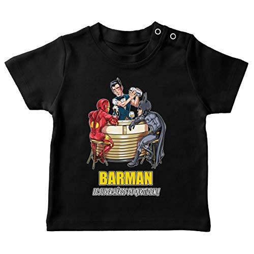 T-Shirt bébé Noir Parodie MCU - Justice League - Iron Man et Batman et.Barman - Barman, Le Super Héros du Quotidien ! (T-Shirt de qualité Premium de Taille 12 Mois - imprimé en France)