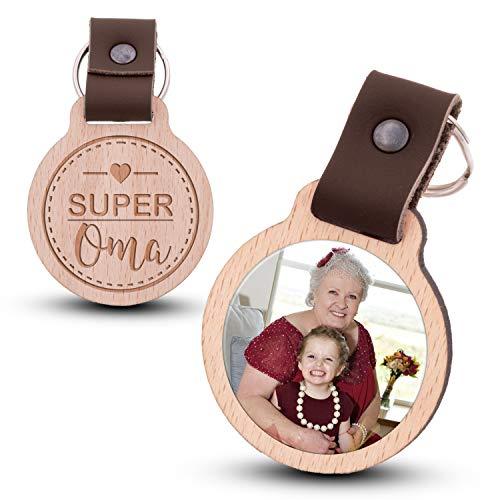 Wogenfels - Schlüsselanhänger aus Holz mit kratzfestem Foto und Gravur Super Oma (dunkelbraunes Lederband)