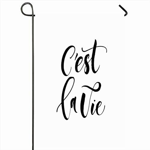 Outdoor-Garten-Flagge 12,5 'x 18' Zoll Pinsel Cest La Vie Zusammenfassung Latein Französisch Zitat Handschrift Alphabet Zeichnung Phrase Buchstabe Weiß Schrift Saisonale Wohnkultur Willkommen Haus Hof