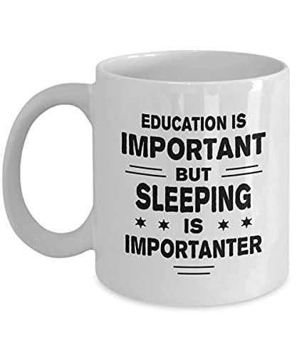 Taza para dormir – Education is Important But is Importanter – Divertida taza de café y té de cerámica para hombres o mujeres con caja de regalo