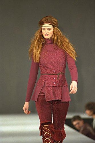 712007 Vrouw Het dragen van Diep Roze Tuniek Fluwelen Leggings En Laarzen A4 Photo Poster Print 10x8