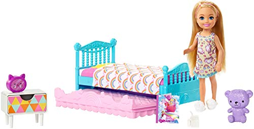 Barbie- Club Bambola Chelsea Bionda con Playset Cameretta, Orsetto, Lettino e Accessori, Multicolore, FXG83