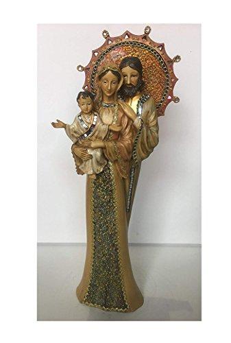 Figura que reproduce a la Virgen María, San José y al Niño Jesús. Elaborada en resina policromada y con incrustaciones de cristales y espejos. Mide 47,5 cms. de altura, 19 cms. de anchura y 9 cms. de fondo.