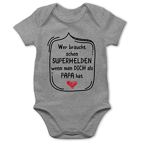 Vatertagsgeschenk Tochter & Sohn Baby - Wer braucht Schon Superhelden wenn Man Dich als Papa hat - 3/6 Monate - Grau meliert - Baby Body Kurzarm witzig - BZ10 - Baby Body Kurzarm für Jungen und
