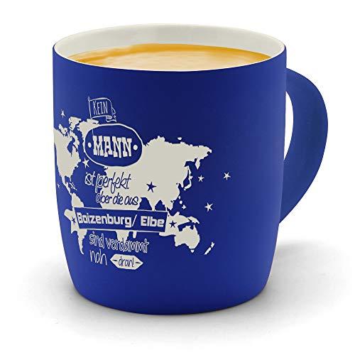 printplanet - Kaffeebecher mit Ort/Stadt Boizenburg/Elbe graviert - SoftTouch Tasse mit Gravur Design Keine Mann ist Ideal, Aber. - Matt-gummierte Oberfläche - Farbe Blau
