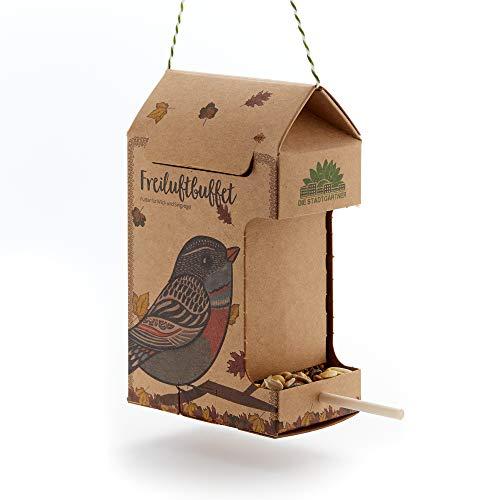 Die Stadtgärtner – Freiluftbuffet für Vögel I Futterstation für Vögel I Wetterfestes Vogelfutterhaus zum Aufhängen aus Naturkarton mit Sitzstange aus Holz & 200g hochwertigem Futter für alle Vögel