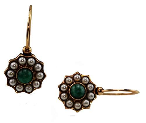 Pendientes Mokilu de latón hipoalergénico con efecto dorado envejecido florentino. Esmalte con cierre de gancho. Dos piedras verdes de ojo de tigre cabujón y pequeñas perlas de color marfil.
