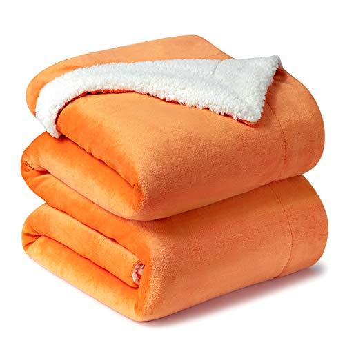 Bedsure Sherpa Decke Orange zweiseitige Kuscheldecken, extra Dicke warm Sofadecke/Couchdecke aus Sherpa, 220x240 cm super flausch Fleecedecke als Sofaüberwurf oder Wohnzimmerdecke