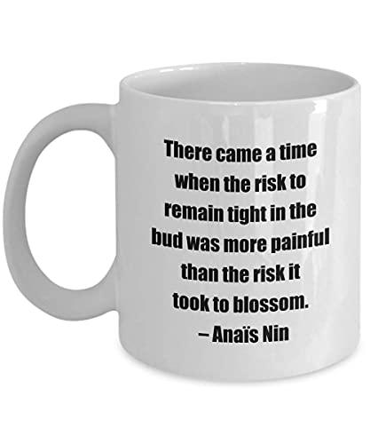 Taza de café clásica - Llegó un Momento en Que el Riesgo de Permanecer Apretado en la yema era más doloroso Que el Riesgo de florecer. C Ana & iuml; s Nin- Gre