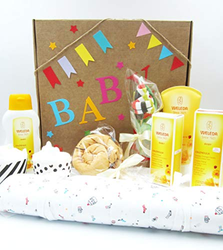 Maxi Canopy pour bébé avec produits WELEDA, matelas à langer portable, body, chaussettes et couches, personnalisable avec le nom du bébé ! La version UNISEX, parfaite pour les filles et les garçons.