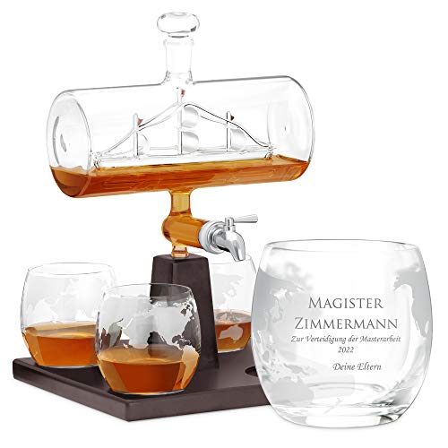 Murrano Whisky Karaffe mit Gravur - Schiff mit Edelstahl-Wasserhahn, 1000 ml - 4er Whiskygläser Set - Whisky Dekanter - Personalisiert (Magister)