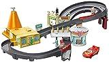 Playset Corsa a Radiator Springs da Disney Pixar Cars Le ambientazioni più amate del film e accessori da corsa Include Saetta McQueen in plastica in scala 1:55 Booster di velocità e deviatori per aumentare i giri del divertimento Aggiungi altre macch...