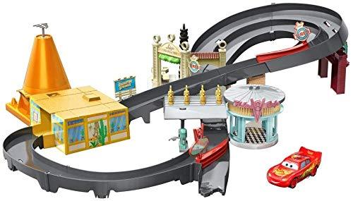 Disney Cars Playset, Pista Radiator Springs, Include Macchinina Saetta McQueen, Giocattolo per Bambini 4+ Anni, GGL47, Imballaggio Standard