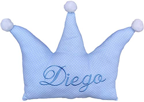 Cojín para bebés personalizado con su nombre, bordado a máquina en forma de corona azul. Tela piqué de canutillo, fondo azul y topos blancos. No desenfundable.