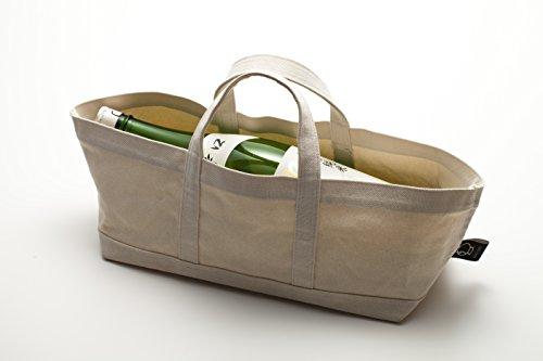 帆布でできた、丈夫な浅いバッグです。一升瓶を横に入れると、丁度良く収まってスッキリと見えます。持ち手の幅も広めにとってあるので、持ち運ぶ際にも安定感があって快適そうです。