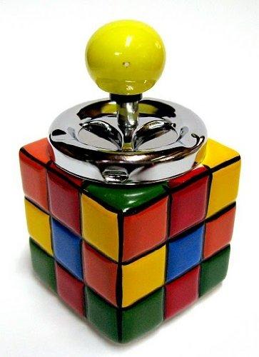Empujar hacia abajo el cenicero de giro coleccionistas de Rubik cubo mágico colorido Retro cenicero